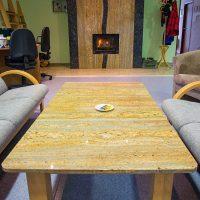Interiérové prvky - obklad krbu a stôl